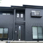 階上ショールーム屋根外壁塗装65万円プランで塗装中!【中塗り・上塗り・完成!】